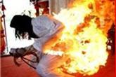Tưới 5 lít xăng lên người rồi châm lửa đốt