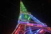 """Nghệ An: Người dân dựng """"tháp Eiffel"""" để đón Giáng sinh"""