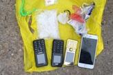 Hai cô gái mang theo 5 con dao phay và gần 300gr ma túy