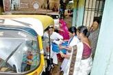 Bà bầu Ấn Độ sinh con trên xe vì đường xấu
