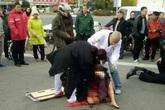 Con trai đánh mẹ già dã man giữa phố rồi bỏ đi khiến dư luận phẫn nộ