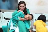 """""""Cậu bé đám cưới"""" Hồ Văn Cường thay đổi hẳn khi làm con nuôi Phi Nhung"""