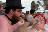 Không tìm được váy cưới vừa người, cô dâu chú rể béo phì quyết định khỏa thân làm đám cưới
