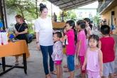 Dương Cẩm Lynh khệ nệ bụng bầu 8 tháng vui trung thu ở chùa
