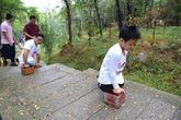 Cậu bé cụt hai chân chinh phục đỉnh núi bằng tay