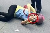 Người phụ nữ bị tai nạn giao thông vẫn cầm điện thoại vào mạng