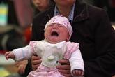 Bố bán con gái mới sinh để có tiền mua xe máy, iPhone