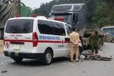 Nam thanh niên tử vong sau khi đâm vào xe cấp cứu