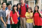 Thầy giáo 'soái ca' đá cầu với học sinh Sài Gòn ở sân trường