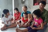 Nghẹn lòng cảnh 4 trẻ nhỏ lo chỗ trú mưa cho mẹ và em trai đã mất