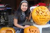 Mẹ Việt ở Canada trang trí Halloween cực chất bằng bí ngô siêu khủng nhà trồng