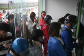 Hà Nội: Công nhân chen chúc rút tiền ở cây ATM để về quê ăn Tết