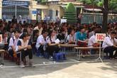 Hải Phòng: Phụ huynh học sinh trường THPT Lê Hồng Phong cùng con đến trường.