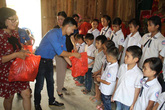 Đoàn thanh niên Tổng cục DS-KHHGĐ và Báo Gia đình & Xã hội tặng quà trung thu cho trẻ em nghèo