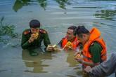 Những chiến sỹ công an ngâm mình trong nước lũ đẹp lay động lòng người
