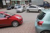"""""""Chiến dịch"""" đòi lại vỉa hè: Bãi đỗ xe giờ... chiếm phố nhỏ, người dân ngao ngán"""