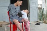 Gia cảnh đáng thương của người bố trẻ cụt hai tay một mình nuôi con thơ khát sữa