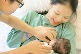 Vợ trẻ của Chí Anh sinh con gái đầu lòng