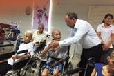 """Chăm người cao tuổi để đối phó """"già hóa"""" dân số"""