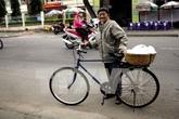 Cụ ông 87 tuổi bán lạc luộc để mua bánh mỳ phát từ thiện