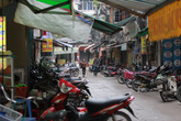 """Vỉa hè Hà Nội nơi thông thoáng, nơi người đi bộ vẫn phải """"xuống đường"""""""