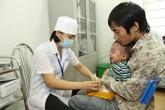 """Con viêm phổi nặng vì bị mẹ… """"quên"""" tiêm phòng sởi"""
