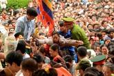 """""""Hỗn loạn"""" ở lễ hội đầu năm: Nhiều người Việt đang bị tha hóa…"""