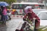 """Đáng yêu và """"đáng thương"""" hình ảnh nam giới đội mưa mua hoa ngày 8/3"""