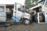 Hàng chục hành khách thoát chết khi xe khách và container đâm nhau