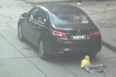 Ông bỏ mặc cháu gái bị xe đâm để đòi tài xế bồi thường