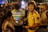 """CSGT nói tiếng Anh """"nhanh như gió"""", phiên dịch giúp ông Hải xin lỗi 2 du khách Ấn Độ bị giật túi xách ở Sài Gòn"""