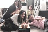 Xuân Bắc cười tít mắt, nằm bò trong tiệc sinh nhật của BTV Hoài Anh