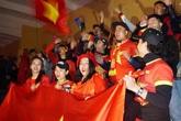 Mưa rét, tắc đường, cổ động viên chọn quán cà phê hoặc ở nhà cổ vũ cho đội tuyển Việt Nam