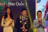 """Đội trưởng U23 Việt Nam """"chết nhát"""" khi đứng cạnh mỹ nữ """"Em chưa 18"""", chân dài Lan Khuê"""