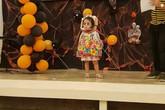 'Cân' hết mọi loại ma quỷ, cô bé Philippines nổi tiếng toàn cầu với màn ôm đầu đi xin kẹo Halloween