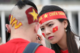 Fan cuồng sặc sỡ cờ hoa, xúng xính áo quần ùn ùn đổ về sân Mỹ Đình