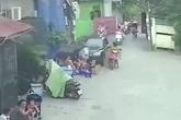 """Clip """"xe điên"""" lao vào quán nước tông nhiều người trọng thương ở Hà Nội"""