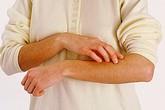 Cách đơn giản chữa ngứa da mùa đông ở người già