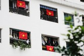 """Cư dân """"nhuộm đỏ"""" khu chung cư bằng cờ Tổ quốc cổ vũ cho đội tuyển Việt Nam"""