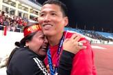 Niềm hạnh phúc của các cầu thủ khi gặp người thân sau chiến thắng lịch sử