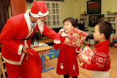 """Thu 300.000 đồng/5 phút tặng quà: """"Ông già Noel"""" Việt kiếm tiền triệu mỗi ngày"""