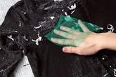 Quần áo lem nhem dính đầy vụn trắng vì lỡ giặt chung với giấy thì chỉ có cách cứu như thế này thôi