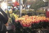 """Tắc đường, chợ hoa Quảng Bá """"vỡ trận"""" đêm trước ngày 8/3"""