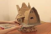 """Chỉ bằng bìa các tông và chai nhựa, cô gái xây cả """"lâu đài"""" khiến ai cũng trầm trồ"""