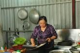 Đôi vợ chồng già có 3 người thân chết trong vụ cháy chung cư Carina nấu cơm phát miễn phí cho cư dân