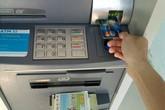 Ngân hàng sẽ ngừng tăng phí rút tiền nội mạng qua thẻ ATM theo chỉ đạo của NHNN