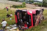 Nghệ An: Xe khách lao xuống ruộng khiến 2 người chết, nhiều người bị thương