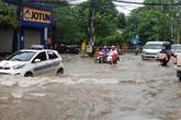 Hà Nội: Mưa trắng trời, phố thành sông