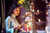 Từ chuyện bông hồng cài áo mùa Vu Lan: Báo hiếu gia tiên thế nào cho đúng khi cha mẹ đã khuất ?