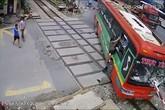 Trần tình của tài xế xe khách tông gãy rào chắn khi tàu hỏa lao tới